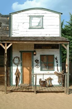 Gunsmith Old Western Decor, Old Western Towns, Western Bedroom Decor, Western Theme, Play Houses, Bird Houses, Old Country Stores, Country Bar, Rustic Shed