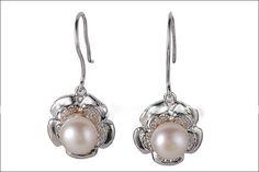 Cercei Silver Flower       Cerceii sunt foarte delicati, din argint , au cate o perla naturala alba de aproximativ 7 mm , iar dimensiunea lor, fara carlig este de 12,5/14,5 mm.Detalii: http://cadourisiperle.ro/produse/cercei-cu-perle/cercei-silver-flower