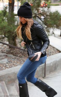 Perfectly coiffed: The reality star wore her highlighted hair loose and straight and sported a dark pink pout 69 19 Passion For Fashion, Love Fashion, Womens Fashion, Fall Winter Outfits, Autumn Winter Fashion, Winter Style, Estilo Khloe Kardashian, Look 2015, Superenge Jeans