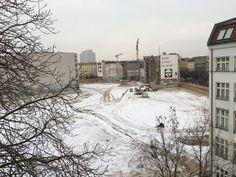 Winter in Berlin. Ruhe in der Baugrube. Nur ein einsamer Bagger zieht seine Spur...