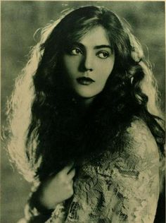 Dorothy Mackaill as pictured in Photoplay Magazine, November 1923      I wish my hair was as pretty.