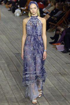 Hermès se suma a la tendencia de los largos vestidos de cuello halter acompañados de una bandeau que recoge el cabello.