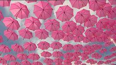 Des parapluies roses dans ciel béarnais, lors de l'ouverture de l'opération Octobre rose, à Pau ce 1er octobre, pour sensibiliser au dépistage du cancer du sein.