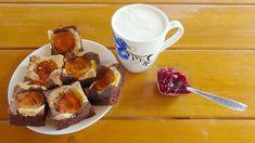 Tarta cu caise si cacao - 5 oua separate albuş şi gălbenuş - 120 g zahăr - 140 g făină - 50 g ulei - 50 g cacao - puţină sare şi vanilie - 8 - 10 caise bine coapte şi dulci - puţină scorţişoară French Toast, Cooking, Breakfast, Recipes, Pie, Kitchen, Morning Coffee, Ripped Recipes