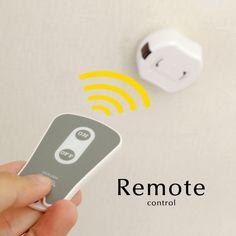 ご家庭のペンダントライトをリモコン式に変えることができる画期的な商品です。寝室に備え付ければ、ふとんに入ったままでライトをON/OFFできます。また、壁面にスイッチが無く照明器具を諦めていた方にもマストな商品です。取り付けは超かんたん!照明器具と天井の引掛けシーリングの間に受信機をセットするだけでOKです。カラー:ホワイト/グレー受信機サイズ:幅83×高さ96×奥行き45mmリモコンサイズ:幅45×高さ72×奥行き50mm対象距離:7m重量:122g【注意事項】・ペンダントライト専用です。・リモコン操作でOFFにした時は、壁スイッチやひもスイッチでの操作はできません。・点灯数の段階切り替えには対応しておりません。|照明器具|天井照明|パーツ|レール|コード|部品|ランプ|和風|店舗|洗面所|玄関|トイレ|洋室|和室|ダイニング|リビング|ベッドルーム|寝室|キッチン|デザイン照明|インテリア|シンプル|簡単|人気|おしゃれ|おすすめ|ブランド|オシャレ|