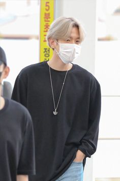 Baekhyun Wallpaper, Exo Music, Broad Shoulders, Airport Style, Airport Fashion, Chanbaek, Korean Outfits, Pop Fashion, Chanyeol