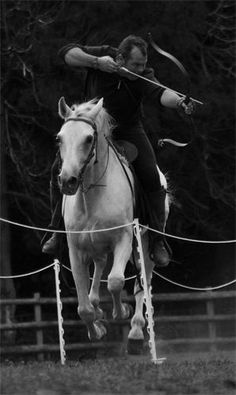 ok, Now I really want to learn how to do this! I ride horse and do archery, but putting them together. Archery Poses, Mounted Archery, Horse Anatomy, Bow Hunter, Traditional Archery, White Horses, Equine Photography, Horseback Riding, Beautiful Creatures