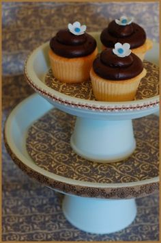 diy cake stand from terracotta pots Diy Wedding Cupcakes, Cupcake Stand Wedding, Cake And Cupcake Stand, Cupcake Cakes, Cupcake Display, Cupcake Holders, Fruit Holder, Cupcake Tray, Clay Pot Projects