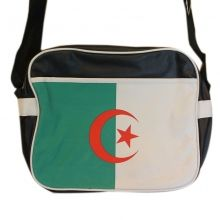Ventegros.fr vous propose à prix imbattable ce sublime sac bandoulière avec motif du drapeau algérien sur la poche frontale, bande blanche sur les côtés. Sac bandoulière équipé d'une sangle réglable permettant de le porter en travers. Couleur et taille unique.