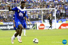 Persib vs Psps : Persib defender Abanda Herman gets forward.