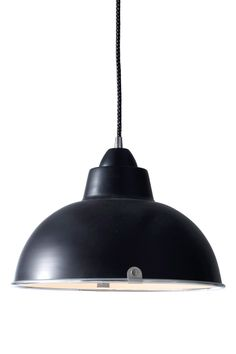 """med skærm af lakeret metal. Stofledning. Skærmhøjde 17,5 cm. Ø31,5 cm. Pære E27. Maks. 60W. Ledning 1 m.<br><br>OBS! Nogle loftlamper/pendler leveres med svensk """"loftstik""""som ikke kan benyttes i Danmark. Stikket klippes af og ledningen tilsluttes direkte i roset (lampeudtag) eller monteres med lampestikprop. Alle vores lamper er CE-godkendte. <br><br>"""
