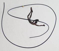 Vuelo Al Centro - http://martadarder.com/producto/vuelo-al-centro/  - Vuelo Al Centro. Escultura en Bronze a la Cera Perdida. Esculturas en movimiento. Sensación de libertad en el vuelo libre de la figura. Cada figura se sugeta de forma sutil por una de las dos manos.