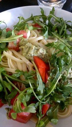 Sinah beruhigte ihr Gewissen mit viel Gemüse, das es zur großen Portion Nudeln gab.