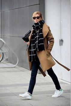 秋冬ファッションにかかせないストールやマフラーは、首に巻いたり、肩に羽織ったりするだけで、おしゃれ上級者に見える便利なアイテムですが、巻き方がワンパターンになっていませんか?今回は、いまさら聞けない定番の巻き方10種類をご紹介します。