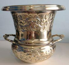 Diferente e belo vaso inicio seculo passado em bronze todo trabalhado design diferenciado medindo 25 cm x 24 cm .