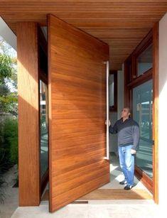 Pivoting entry door:
