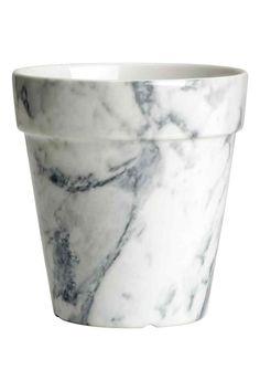 pot de fleur effet marbre. 13cm de Hauteur, 12,5 cm de large. H&M Home (12,99€)