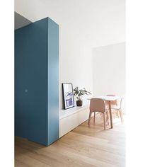 Sistema di porte scorrevoli integrate con mobili su misura. Blue haways apartment , Milano 2016. Foto di @federicovillastudio #studiowok…