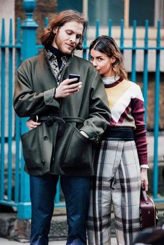 Take notes from Milan Fashion Week's best street style. Couple Style, Milan Fashion Week Street Style, Cool Street Fashion, Casual Street Style, Mens Style Guide, Men Style Tips, Best Mens Fashion, Korean Fashion, African Fashion