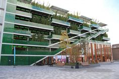 Parkeren achter bamboe - Bouwwereld.nl Parking Building, Parking Lot, Car Parking, Parking Solutions, Green Facade, Parking Design, Garage House, Park Homes, School Architecture