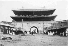 South Gate - 1897 - in Seoul tanks laying ready in 삶의 여로 속에서 : 조선시대 사진 - 숭례문