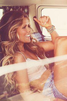 Perfect beach hair- -blond front streak in brown hair Beauté Blonde, Brunette Hair, Light Blonde, My Hairstyle, Pretty Hairstyles, Wedding Hairstyles, Funky Hairstyles, Formal Hairstyles, Coiffure Hair
