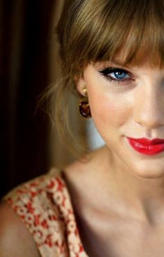 Taylor Swift beauty- red lips