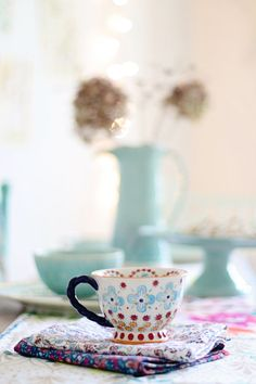 Kitchen Design & Inspiration There& nothing lovelier than drinking a hot beverage on a cold winter& day but this With A Twist teacup is sure. Granny Chic, Home Renovation, Home Remodeling, Eclectic Dining Tables, Home Decor Kitchen, Kitchen Design, Fancy Shop, My Cup Of Tea, Cute Mugs