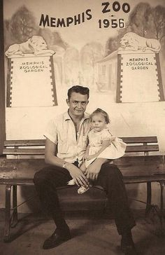 A 24 year old Johnny Cash takes a photo at the Memphis Zoo with his Firstborn daughter Rosanne, 1956 Country Music Artists, Country Music Stars, Country Singers, Country Musicians, Johnny Cash June Carter, Johnny And June, Here's Johnny, Arkansas, Nashville