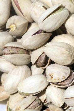 The health benefits of pistachios are derived from its healthy composition of vitamins, minerals, proteins fats and other nutrients. Health Diet, Health And Wellness, Health Care, Healthy Tips, Healthy Recipes, Healthy Food, Pistachio Health Benefits, Pistachios, Home Remedies