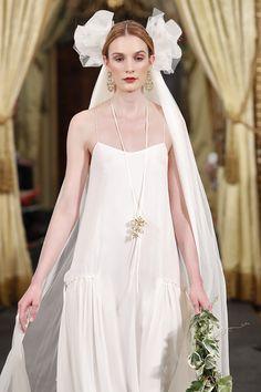 MATILDA-Vestido lencero en gasa de seda, en color marfil con cortes a la cadera recogidos con un fino lazo en rosa viejo. Espalda trabajada con chantilly fruncido y cierre de cordoncillo.