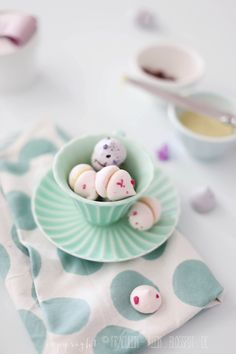 ... meringue kisses with white and dark chocolate ganache filling ...
