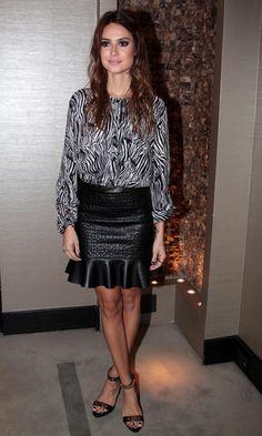 Thaila Ayala usa camisa de seda  com estampa de zebra, mais saia de couro, com textura de cobra e babado. Linda!