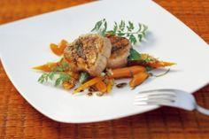 Mit Lorbeer gespicktes Schweinefilet vom Holzkohlengrill mit Karotten-Salbei-Salat