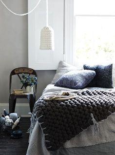 Wełniane poduszki + lniana pościel + grubo robiony pled - to lubię w sypialni./ Things I Love Hope You'll Like It