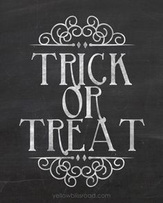 Free Halloween Printable: Trick or Treat Chalkboard - Yellow Bliss Road Halloween Decorations To Make, Halloween Signs, Halloween Kostüm, Holidays Halloween, Fall Decorations, Peanuts Halloween, Homemade Halloween, Outdoor Halloween, Halloween Cards