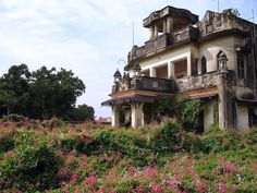 I am in love with this dilapidated mansion in India. I don't think I've ever seen a more perfect home! I will go there.