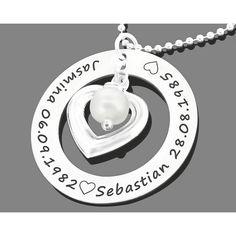 Eine wunderschöne 925 Sterling Silber Designer Familien Kette mit einem 925 Sterling Silber Namensanhänger, einem schönen 925 Sterling Silber Herz und einer weißen Süßwasserperle.