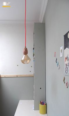 Bureau kinderkamer. DIY lamp van Stoersnoer. Muurstickers Bibelotte.   Workspace girls room.