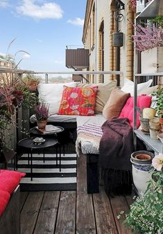 Small Balcony Furniture and Decor Ideas (47)