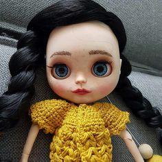 Eindelijk heeft Marika er eentje! Helemaal aangepast naar haar eigen smaak. Schuren, snijden, schilderen en nieuwe ogen... Meet Blythe! Ze is gelijk even aan het haken gegaan voor een nieuw vestje. Volg ons op facebook www.facebook.com/mijnschoonzusenik