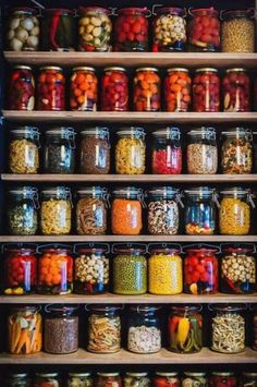 Food storage done right Kitchen Pantry Design, Kitchen Organization Pantry, Kitchen Decor, Organized Pantry, Pantry Storage, Country Life, Country Living, Country Charm, Country Homes