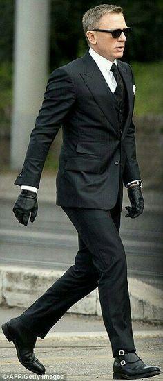 À rome pour le nouveau james bond, daniel craig endosse le costume tom ford Gentleman Mode, Gentleman Style, Costume Tom Ford, Estilo James Bond, Suit Fashion, Mens Fashion, Fashion Sale, Fashion Outlet, Paris Fashion