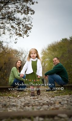 Google Image Result for http://modernphotographics.com/blog/wp-content/uploads/2008/11/fall_unique_family_portraits_modern_photographics_vansolkema_1.jpg