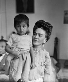 Superbe photo de Frida Kahlo, 1944, Mexico. #enfant #tresse #coiffure #fridakahlo #hairstyle #child