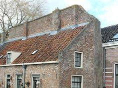 Muurhuisje tegen oude stadsmuur in Elburg