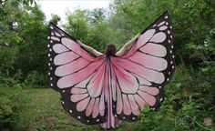 Polonesa faz lenços que imitam asas de borboleta