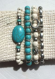 Bohemian armband setje van zilveren metalen kralen, buddha kraal, turquoise en off white beige kralen met een bohemian bedel door SINsieraden op Etsy
