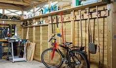 Slik innreder du garasjen med arbeidsbenk - viivilla.no Garage Storage, Carpentry, Woodworking Plans, Living Spaces, Workshop Ideas, Man Cave, Landscaping, Organization, Tools