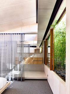 호주 시드니에 위치한 현대적 단독 주택은 내부 안뜰의 부드러운 조경과 목재로 만들어진 스크린이 젊은 세대의 가족이 원하는 넓직함과 편안함, 채광을 제공하면서도 이웃으로부터 사생활을 보호한다. Located in Sydney, Australia, this modern single family residence was designed by Schulberg Demkiw Architects. Internal courtyards, timber screens and soft landscaping allow our clients enjoy their home provid..